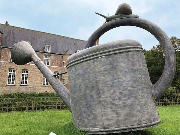 """La statue """"L'arrosoir d'Alice"""" de l'artiste Philippe Thill est posée dans le jardin du château d'Esquelbecq"""