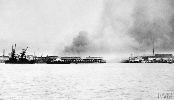 Le port de Portsmouth bombardé le 12 août 1940.