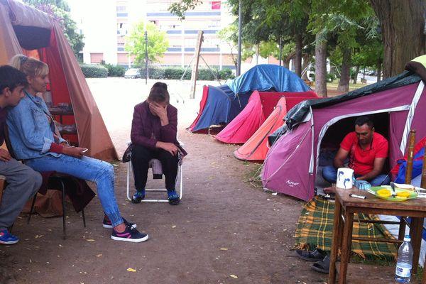 Le camp de fortune d'une trentaine de réfugiés dans le quartier du Sanitas à Tours fin juin 2015.
