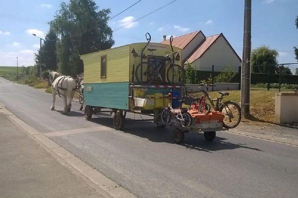 La roulotte de l'odyssée de la famille Denis. 800 km par les routes départementales entre la Somme et la Haute-Loire entre juillet et août 2017.