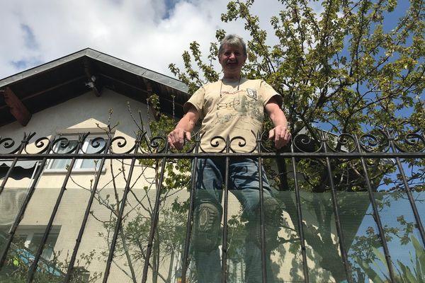 Pierre est, depuis deux ans, le voisin du Pont Guillotin