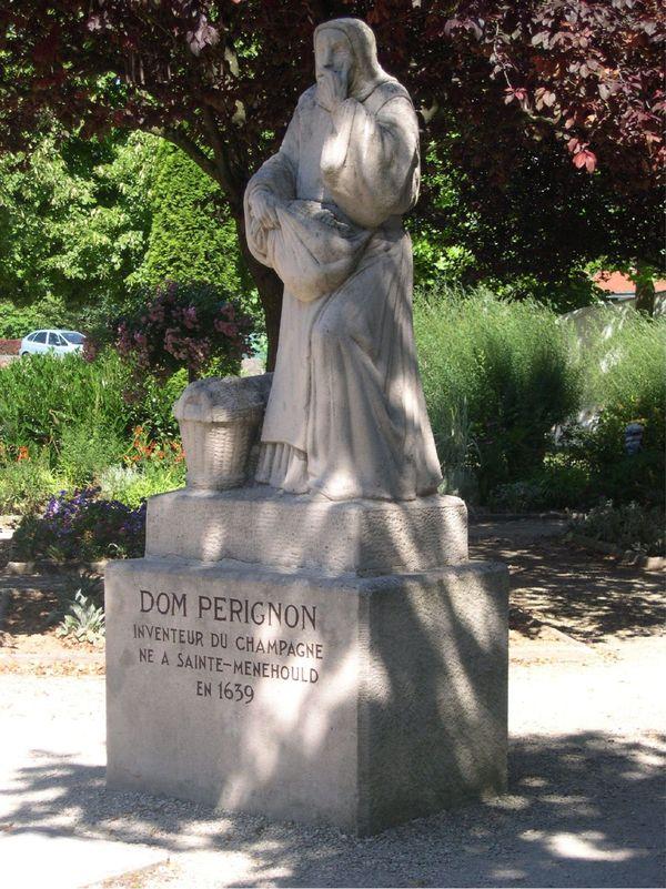 Sainte-Ménehould - Statue Dom Pérignon (1).jpg
