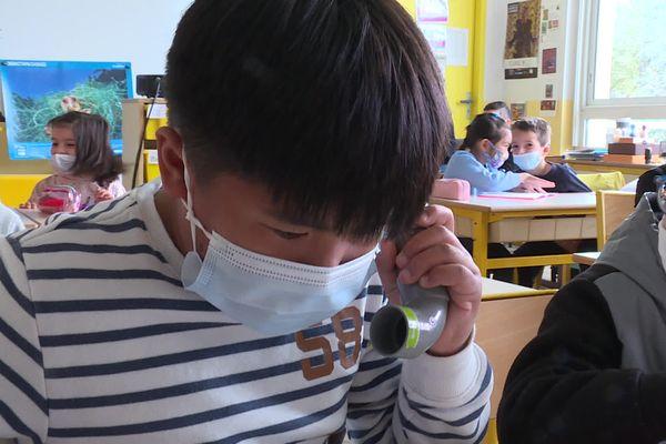 """Les élèves de CP de l'école Maurice Alice à Cannes sont tous équipés d'un """"chuchoteur"""", un petit tube en plastique qui permet de travailler la lecture à voix haute en autonomie."""