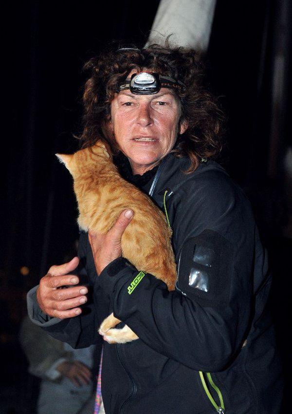 """Florence Arthaud est tombée à la mer au large du Cap Corse où elle naviguait seule avec son chat à bord de son voilier """"l'Argade II"""", dans la nuit de samedi 29 à dimanche 30 octobre 2011. Elle explique son sauvetage à son arrivée au port de Marseille, le 31 novembre 2011."""