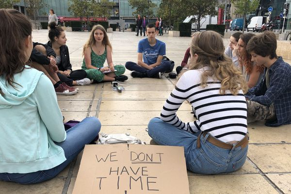 Vendredi 27 septembre, à Clermont-Ferrand, une dizaine de collégiens et de lycéens s'est rassemblée contre le réchauffement climatique.