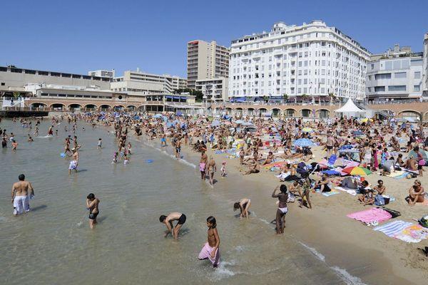 Illustration - Des vacanciers profitent de la plage des Catalans, située dans le centre-ville de Marseille.