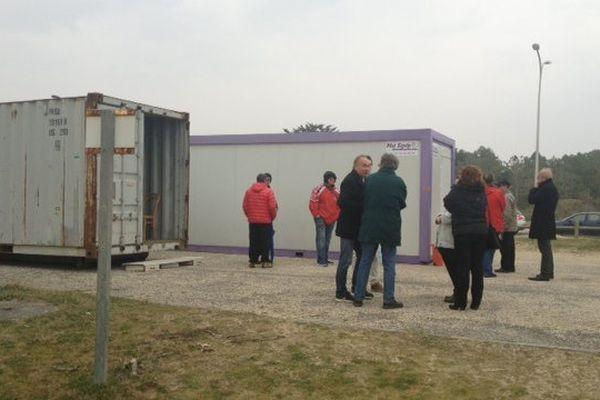 Les préfabriqués qui servent de refuge pour les 5 résidents, grèvistes de la faim.