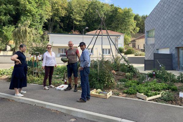 Des habitants de Velle-sur-Moselle devant les jardins partagés.