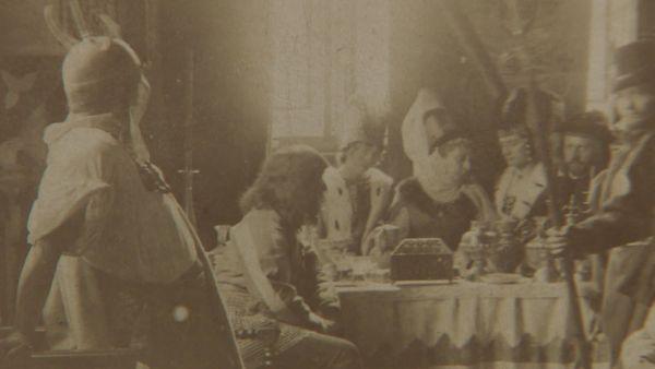Soirée médiévale dans la maison de Pierre Loti en 1888 (capture issue de notre reportage).
