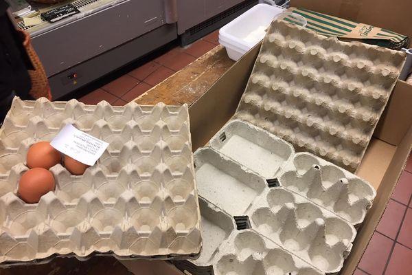 Les boîtes se vident, mais on ne manquera pas d'oeufs, nous assure-t-on : les poules continuent de pondre !