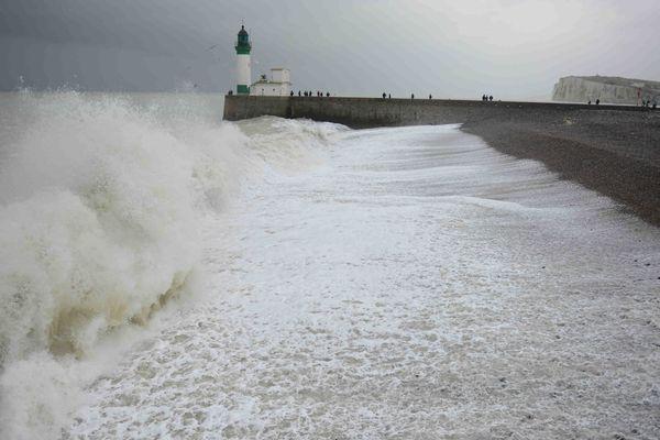 Fortes vagues sur la plage du Tréport (Seine-Maritime).