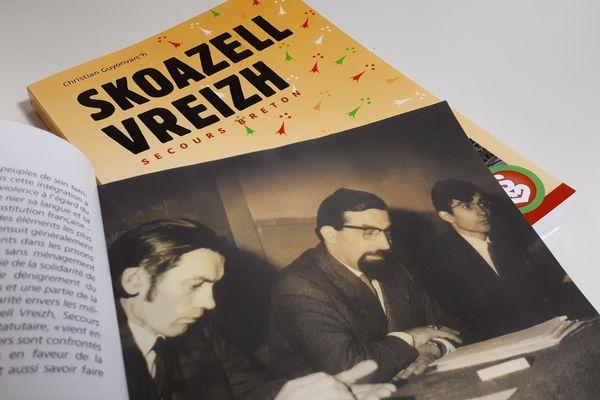 """Le livre """"Skoazell vreizh, 50 ans de solidarité"""" retrace le parcours de l'association bretonne. Au premier plan, une photo issue de l'ouvrage montrant trois des fondateurs de Skoazell vreizh."""