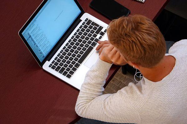 Difficile d'être étudiant par temps de Covid-19. Isolement, cours à distance, difficultés financières : les embûches sont nombreuses.