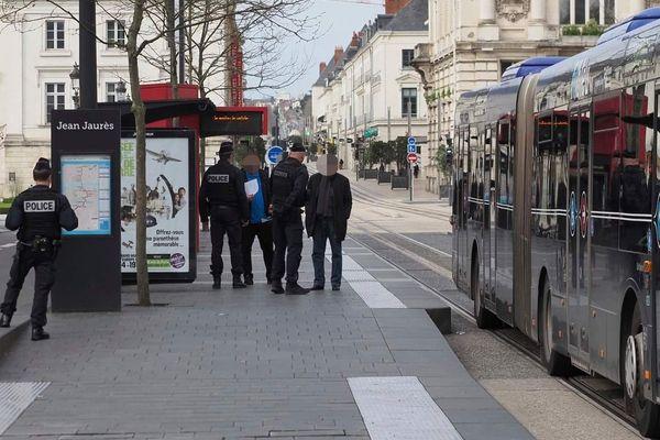 Contrôle de police sans masque place Jean Jaurès à Tours ce vendredi 20 mars 2020.