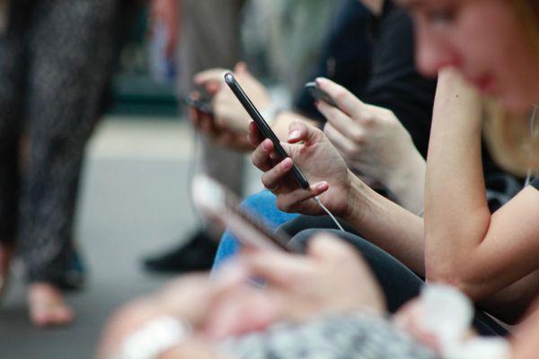 """Mercredi """"Ensemble c'est mieux !"""" abordera l'addiction aux smartphones... Et vous accro ?"""