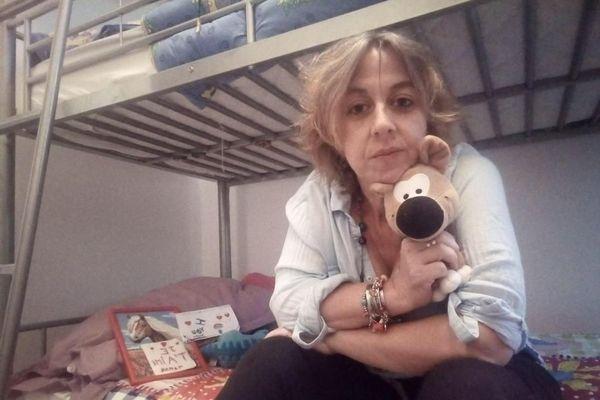 Babara Deramisse dans la chambre de ses enfants qu'elle n'a pas revus depuis 7 mois