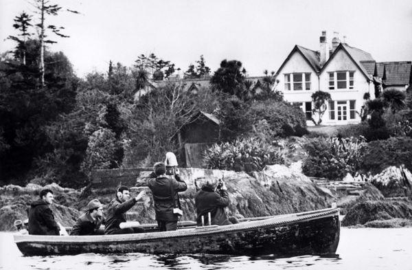 Des photographes dans une barque prennent des vues de l'hôtel Heron Cove à Sneem (Irlande) où le général de Gaulle et son épouse séjournent au mois de mai 1969.