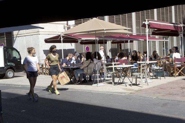 Beaucoup de terrasses de bars et cafés de Montpellier sont pleines.
