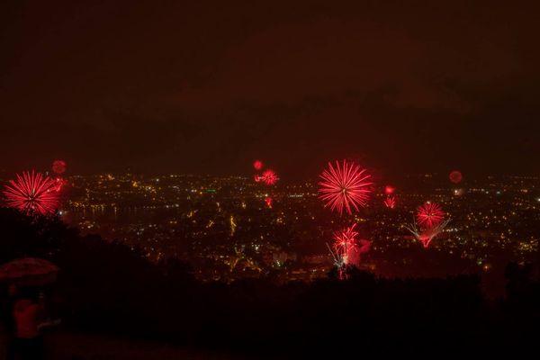 Plus de 3 600 kilos de fusées ont été tirés dans le ciel d'Annecy pour le 14-Juillet.