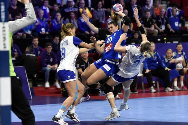 Laura Flippes au tir lors du match préliminaire face à la Russie