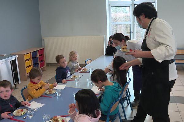 Le chef étoilé Takashi Kinoshita prépare des repas à la cantine pour les enfants de l'école de Montigny-sur-Aube.