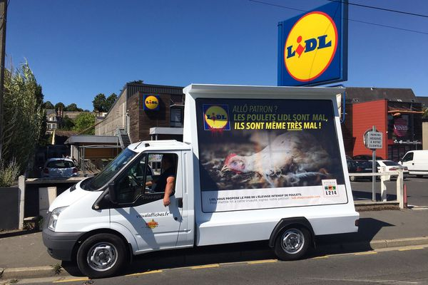 Le camion de L214 fait le tour des magasins Lidl de Caen