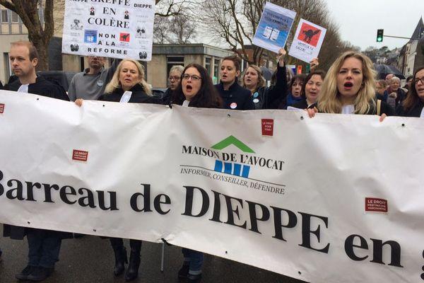 Manifestation des avocats du barreau de Dieppe, vendredi 30 mars.