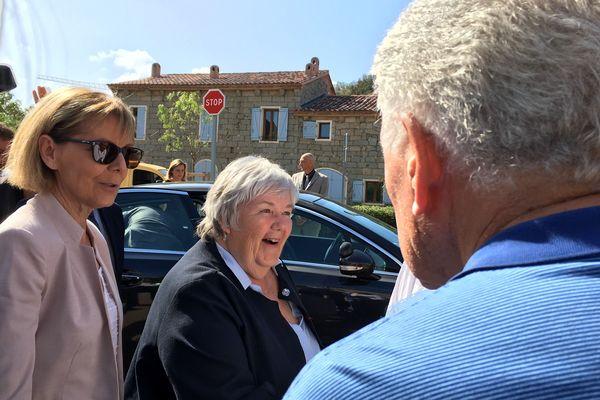 La préfète de Corse, Josiane Chevalier, et Jacqueline Gourault, ministre de la Cohésion des territoires arrivent à Sotta