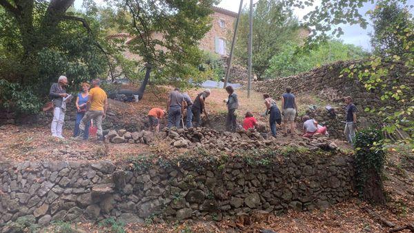 Au château du Pin à Fabras, un chantier participatif de reconstruction d'un mur en pierre-sèche