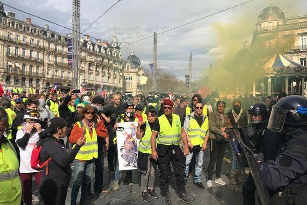 Début du rassemblement des gilets jaunes samedi 9 mars place de la Comédie à Montpellier