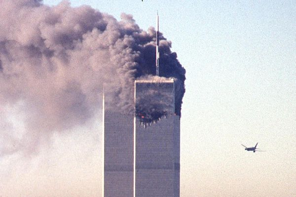 Un avion commercial détourné s'approche du World Trade Center peu avant de s'écraser sur le gratte-ciel emblématique le 11 septembre 2001 à New York.