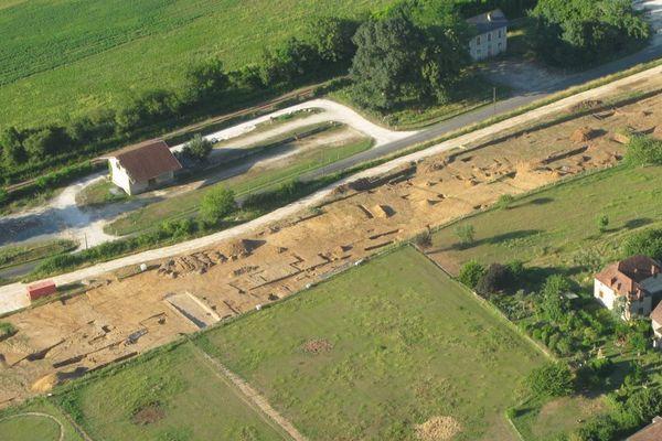 Image aérienne des vestiges d'une piscine gallo romaine détruite par une pelleteuse lors du chantier du contournement de Beynac (24)