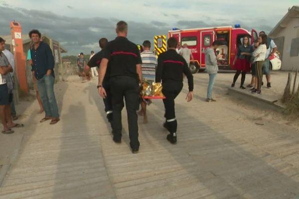 A lacanau, les pompiers évacue l'homme, dans un état grave, après avoir été emporté dans un courant de baïne et secouru.