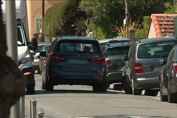 Les voitures stationnées sur le trottoir sont régulièrement verbalisées.