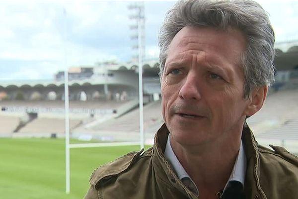 Guy Accoceberry interviewé au stade Chaban de Bordeaux, sévère avec l'équipe de France de rugby.