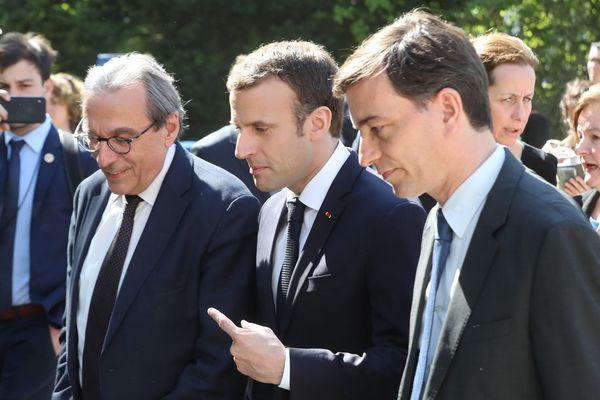Emmanuel Macron avec Roland Ries, maire de Strasbourg, et Alain Fontanel, premier adjoint, lors de sa visite au Lieu d'Europe le 17 avril 2018.