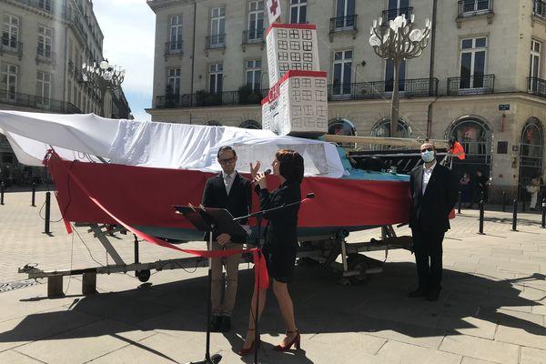 Des opposants au transfert du CHU de Nantes ont improvisé une saynète simulant l'inauguration du futur projet.
