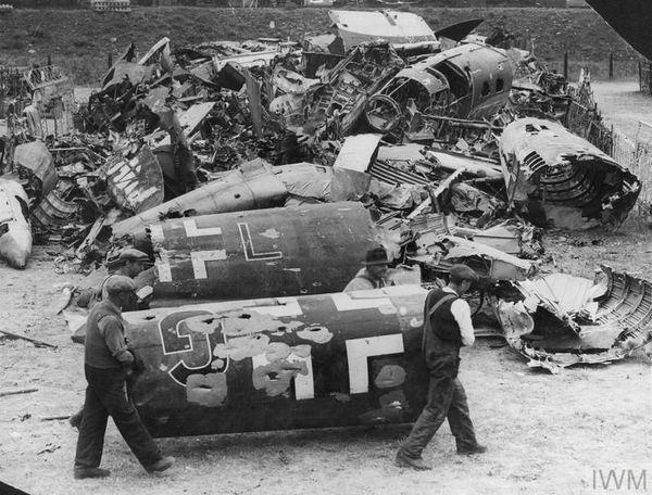 Une casse photographiée en août 1940 en Grande-Bretagne où des débris d'avions allemands sont rassemblés.