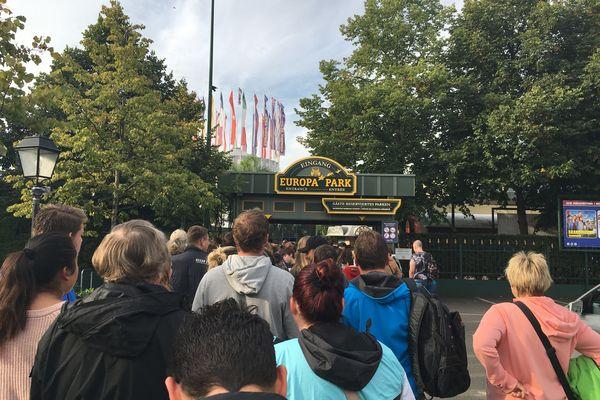 Une file d'attente devant le portail d'Europa Park, en septembre 2019.