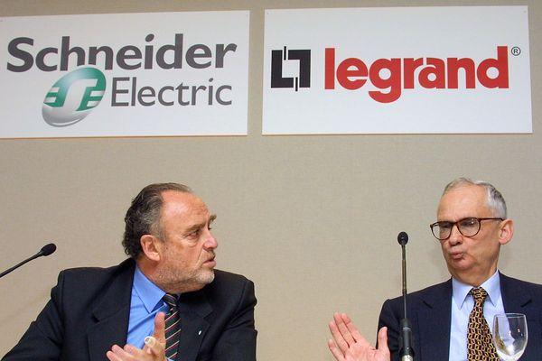 Henri Lachmann, le PDG de Schneider, et François Grappotte, le PDG de Legrand, à Paris le 15 janvier 2001 pour annoncer la fusion entre leurs deux entreprises