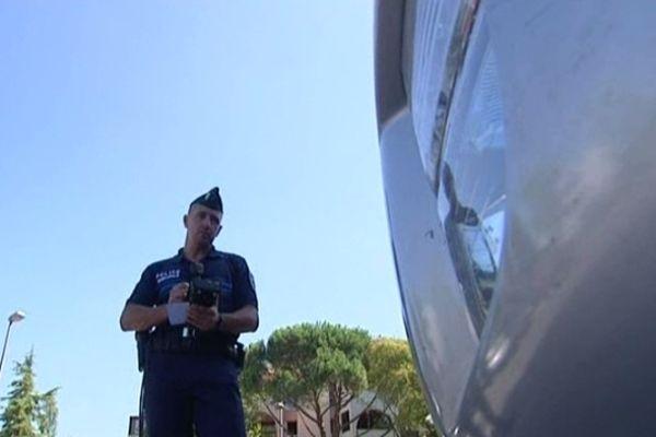 Dès l'an prochain fini le papillon sur le pare-brise. Les agents feront leur saisie par informatique, la mesure a été votée vendredi en conseil municipal et fait du bruit, sur le trottoir niçois.