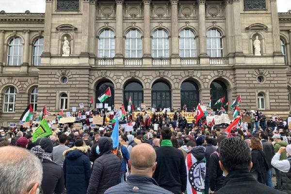 Les 2.000 personnes soutenant le peuple palestinien se sont rassemblées sur les marches du Palais universitaire de Strasbourg.
