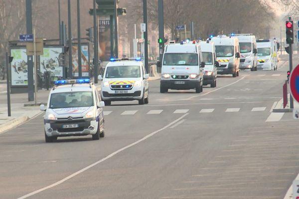 Les ambulances convoyant les patients ont circulé sous escorte policière et toutes sirènes hurlantes entre les hôpitaux et la gare de Mulhouse