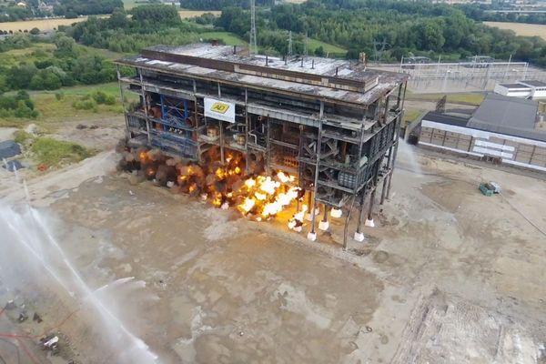 """La centrale thermique de Richemont en Moselle, une fraction de secondes avant son """"abattage"""" par explosif."""