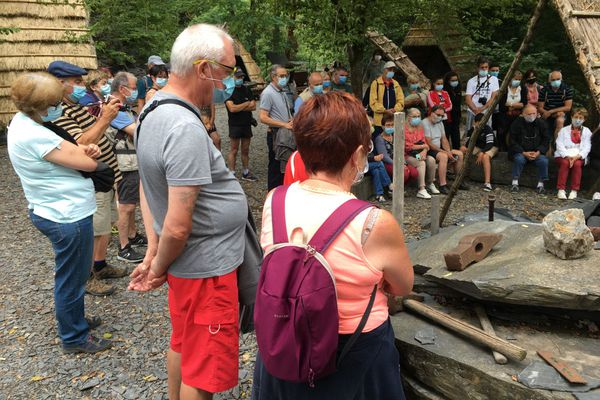 Les Pans de Travassac (Corrèze), site accessible sans pass sanitaire car la jauge est limitée à 49 visiteurs adultes.