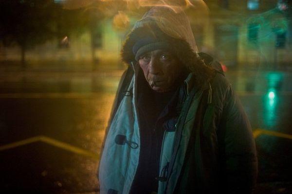 09/10/2012 - France / Ile-de-France / Paris - L'âme honnête d'un vieux bougre. Jean-Michel, 65 ans et sans-abri, se met un soir de pluie a l'abri sous un arrêt de bus dans le quartier de la gare d'Austerlitz. Il est à la rue dans ce quartier depuis plus de dix ans, même s'il dit parfois y être depuis un an ou deux seulement.
