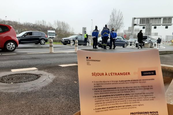 A Bardonnex, le 19 décembre 2020, des prospectus sont distribués par les forces de l'ordre aux Français qui passent la frontière suisse.