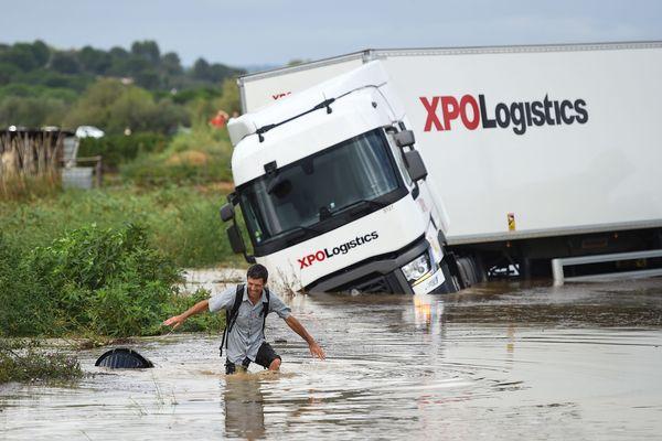 Codognan (Gard) - un camion pris par les eaux - 14 septembre 2021.