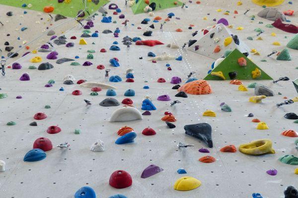Une grimpeuse de 57 ans s'est gravement blessée dans une chute depuis un mur d'escalade en Isère.
