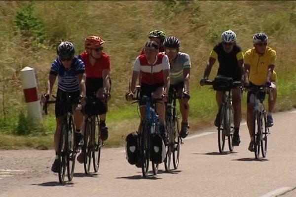 Les coureurs du Tour de Montcuq sur le parcours de la 3e étape entre Anus (Yonne) et Chilleurs-aux-Bois (Loiret)